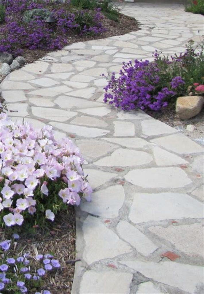 Grote keien als voetpad in een mediterrane tuin ontwerp