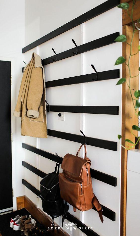 smalle hal inrichten met een kapstok aan de muur