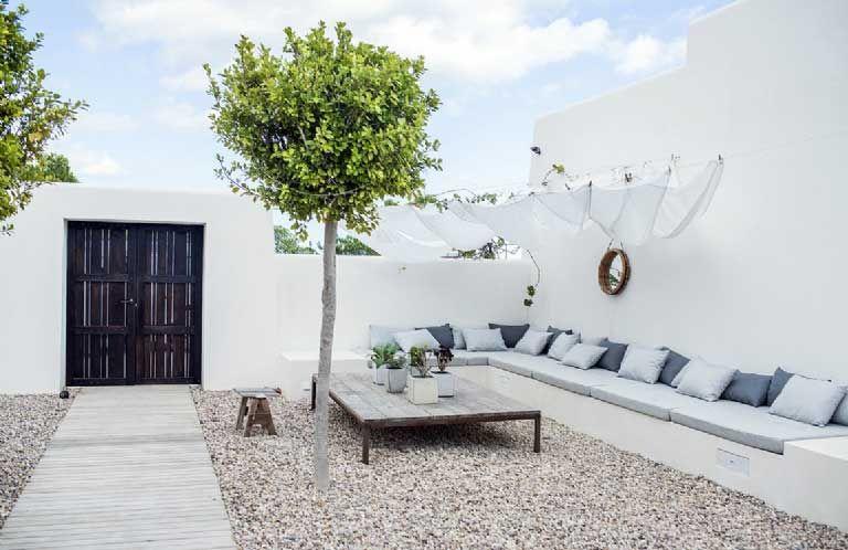 Mediterrane tuin idee met witte muren
