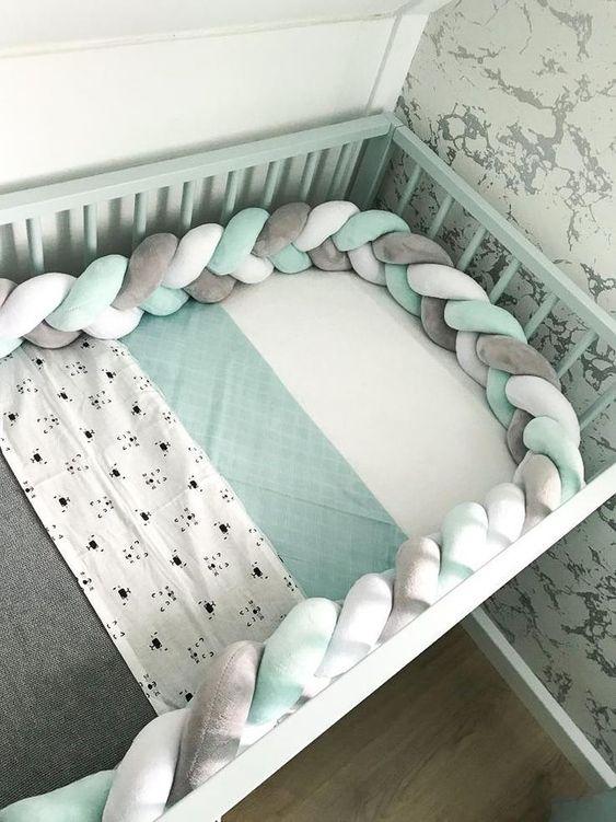 babykamer idee voor beschermende rand in de ledikent