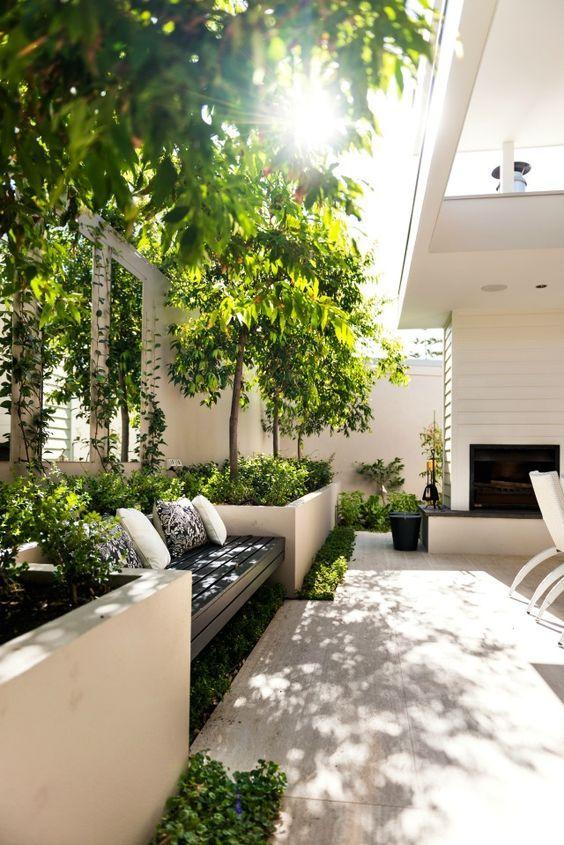 een stijlvolle zonnige lounge in de schaduw met veel planten