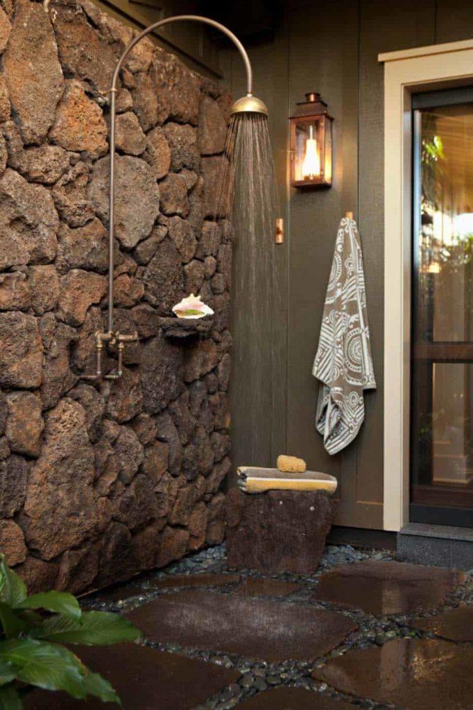 stenen muur met een buitendouche