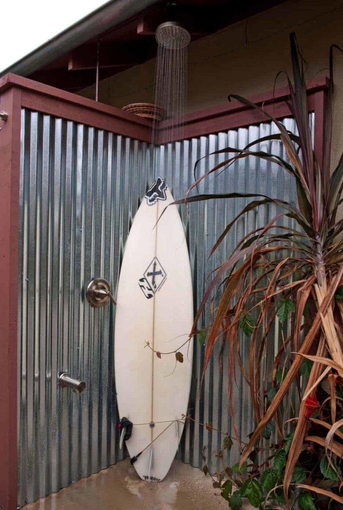 diy douche in de tuin met een surfplank
