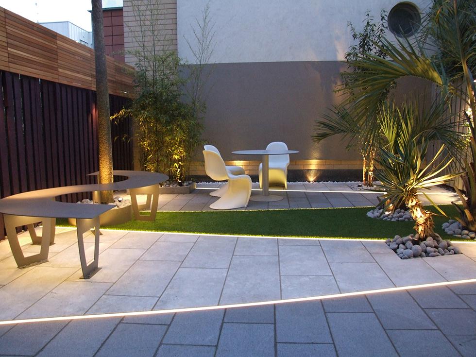 creatief lijnenspel in de tuin met led verlichting in de vloer