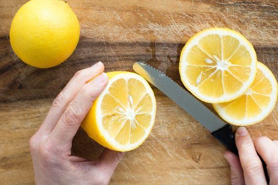 de oven schoonmaken met citroen