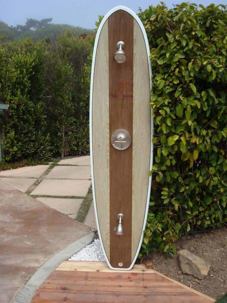 diy douche verwerkt in een surfplank