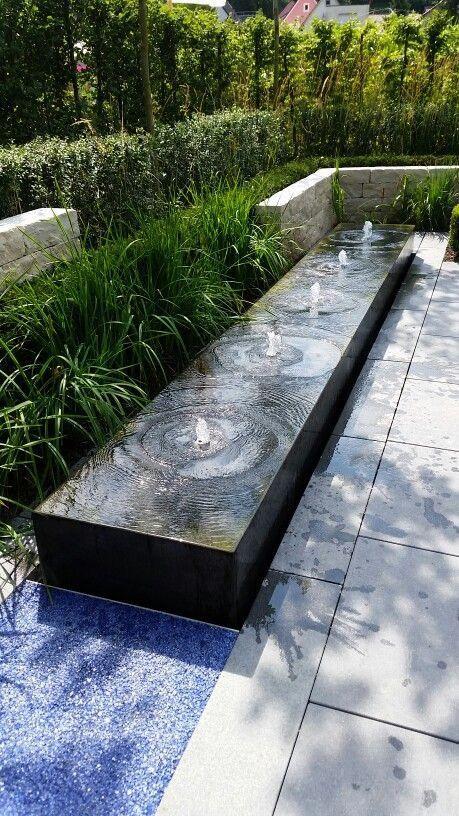 moderne fontein in voortuin