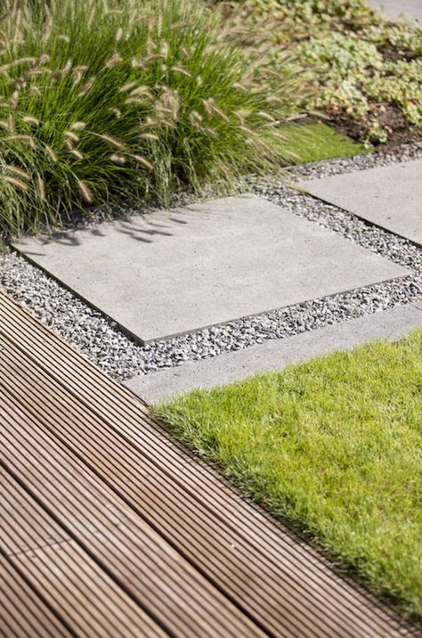 gebruik van meerdere materialen op de vloer in de tuin