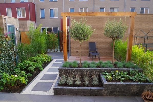 hoge border in een mediterrane tuin ontwerp