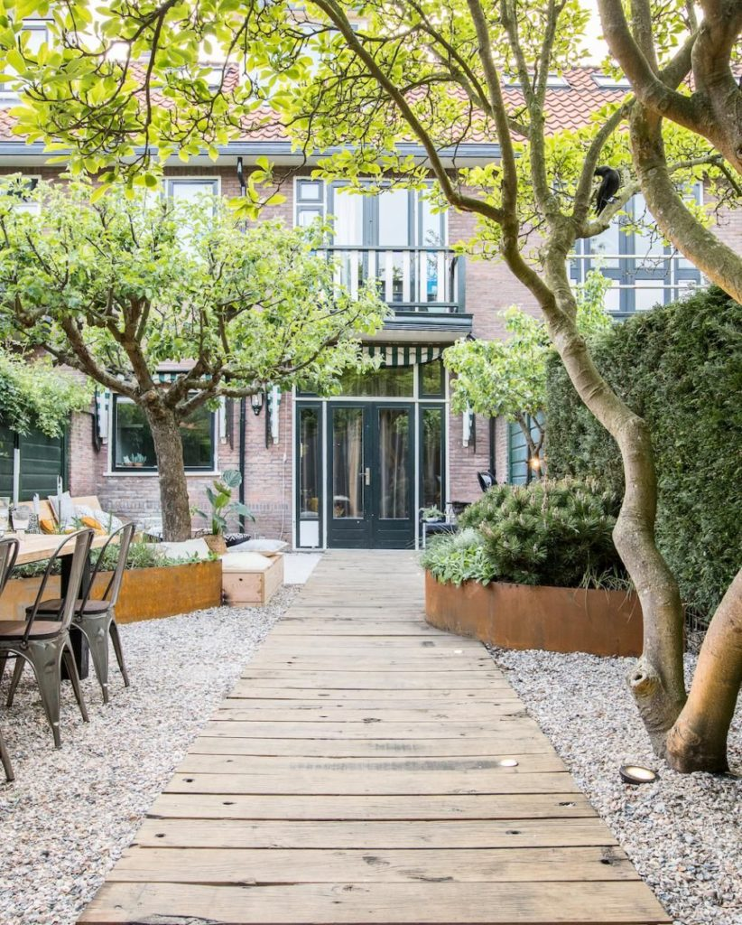 hoge roestige border in mediterrane tuin ontwerp