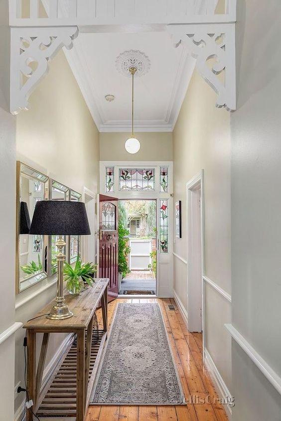 smalle  hal inrichten met tapijt op de vloer