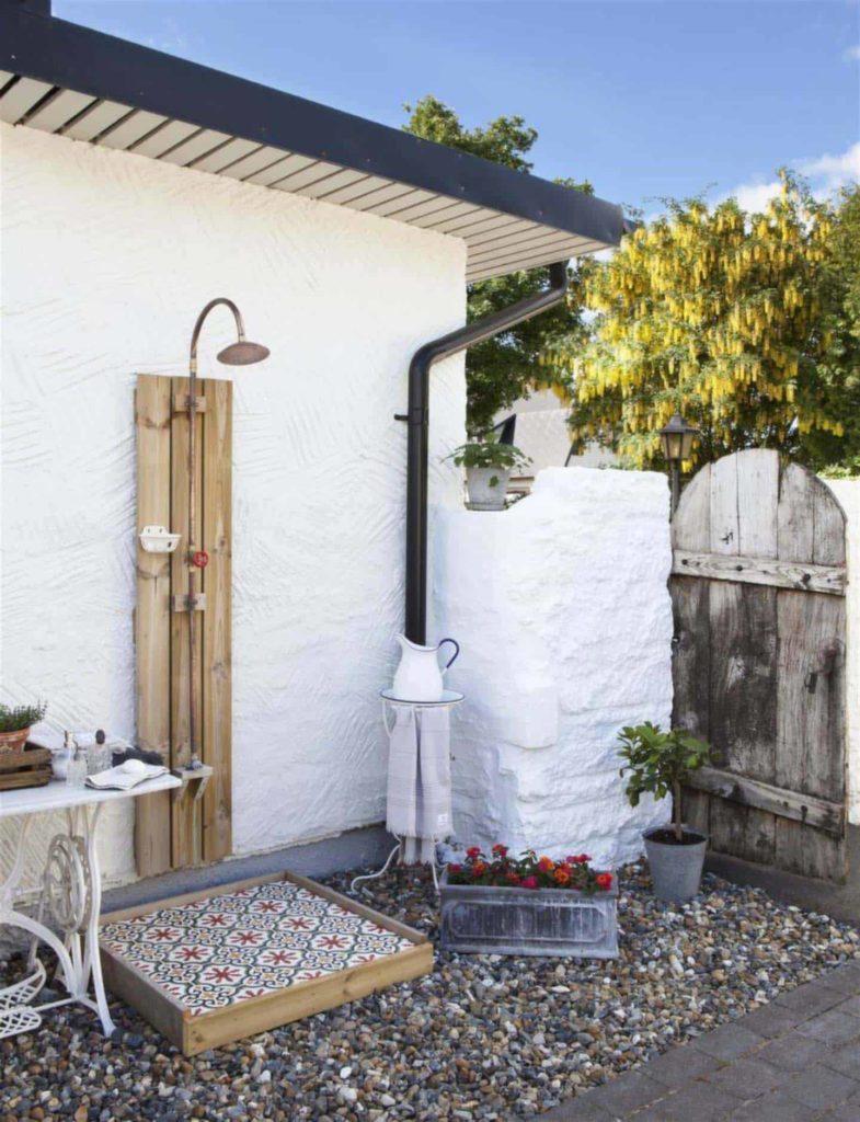 mediterrane buitendouche met witte muur en tuintegels met patroon