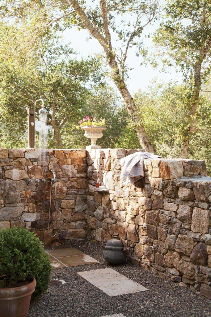 mediterrane tuindouche met muur van grote keien