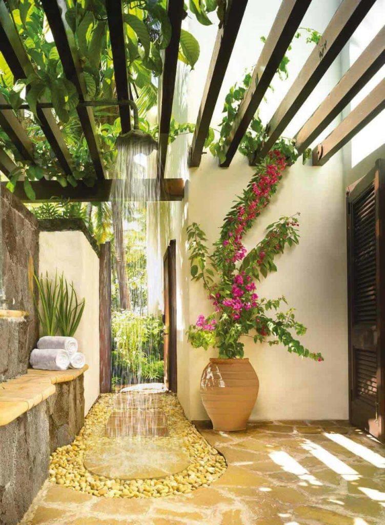 douche in een tuin onder een begroeide pergola
