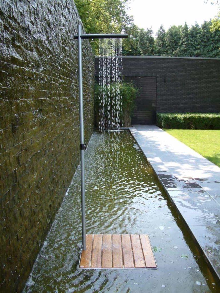 een douche in de tuin met platform in het water