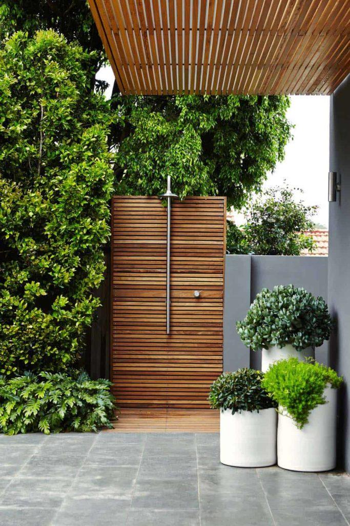 moderne tuin met een buitendouche van hout en rvs