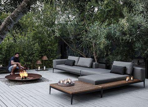 strakke lounge met een grote loungeset en vuurschaal