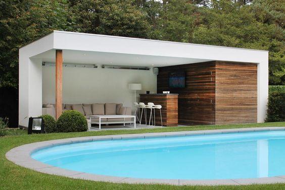 een zeer moderne overdekte lounge met zwembad en een bar