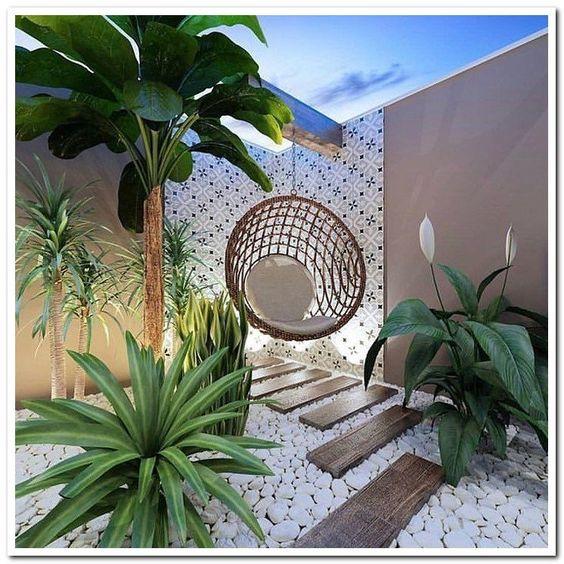 Moderne mediterrane tuin met kiezels op de vloer