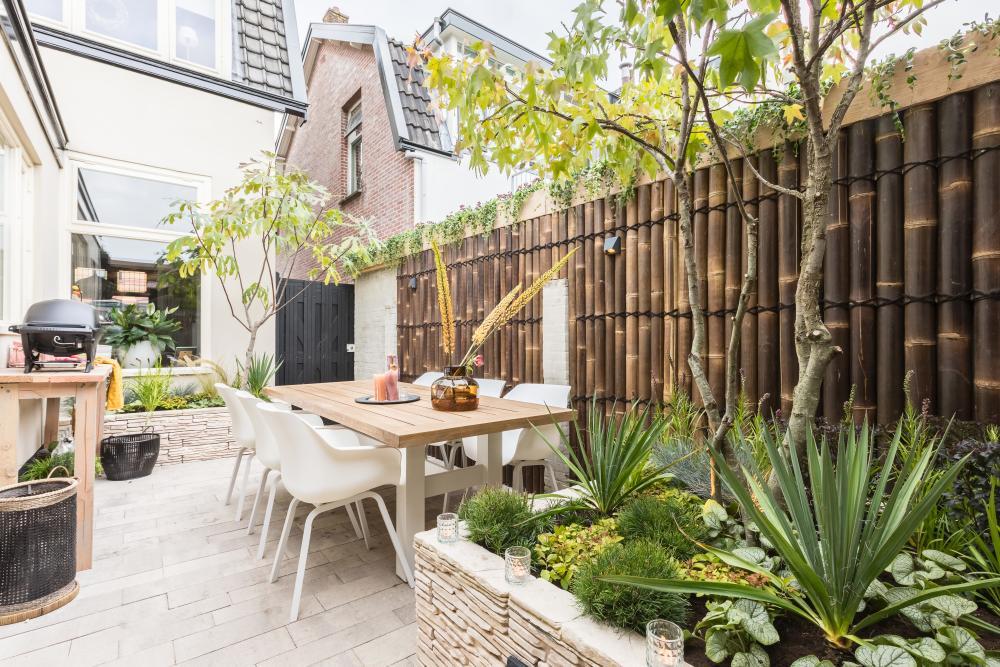 een moderne tuin met plantenbakken met hoge borders