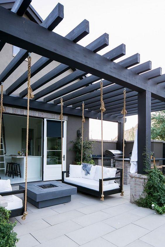moderne zelfgemaakte pergola met hangbanken