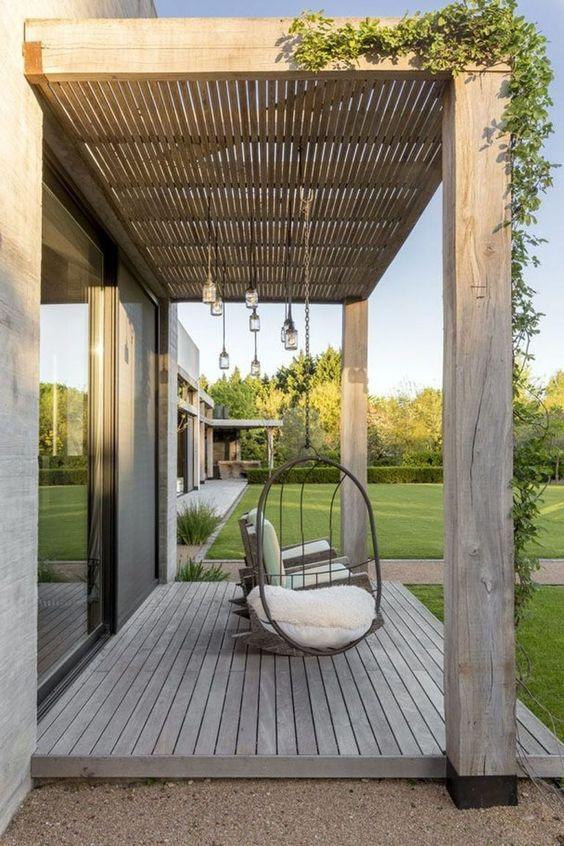 moderne zelfgemaakte pergola met hangstoelen