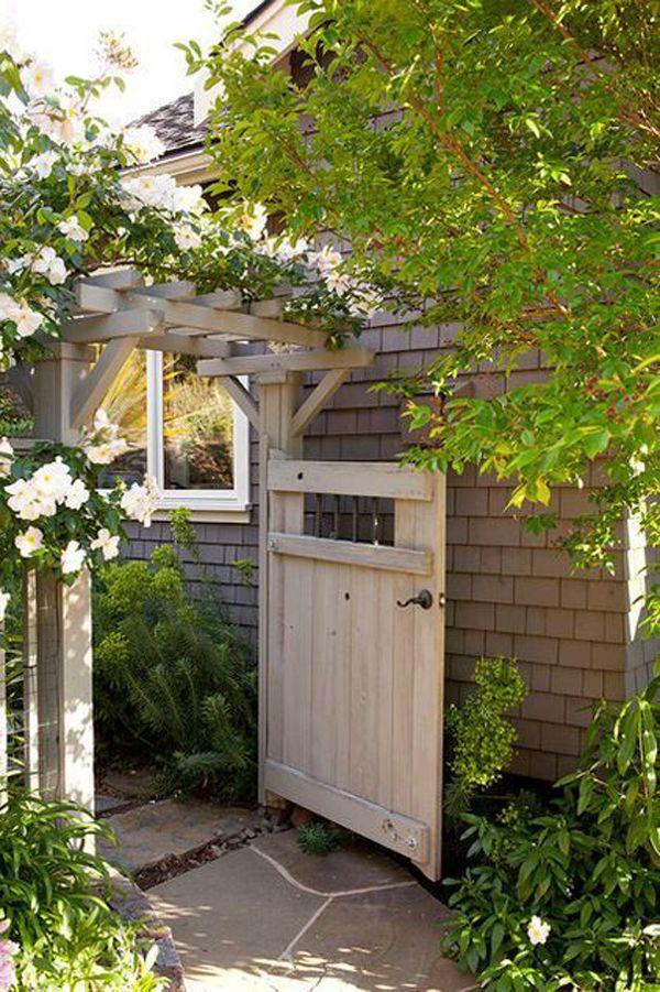 mooie houten tuinpoort in de voortuin
