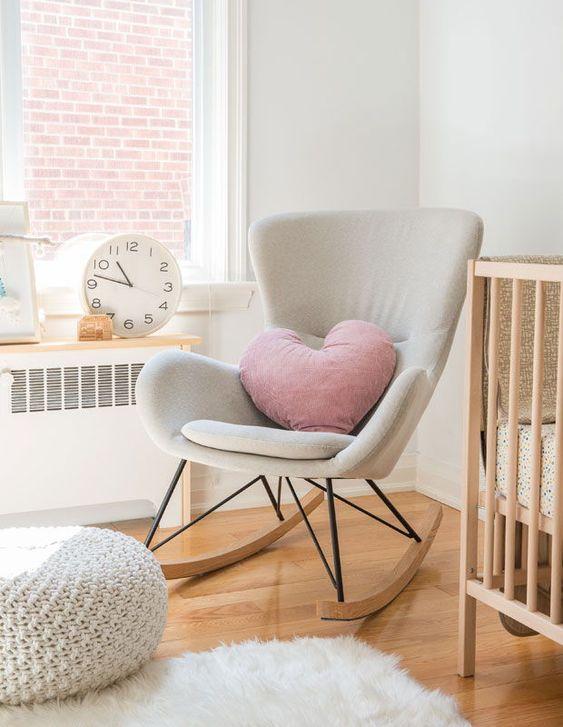 schommelstoel in babykamer