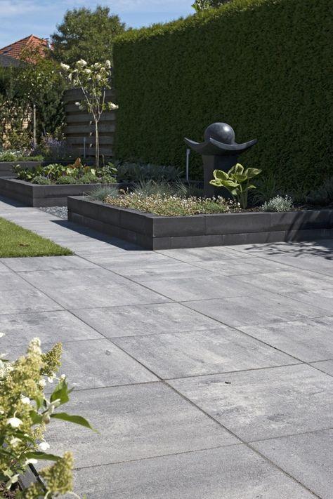 strakke bestrating in een moderne tuin