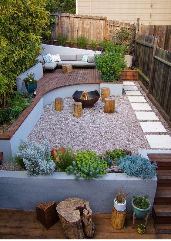 een complete moderne tuin met verschillende verdiepingen