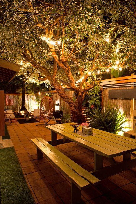 sfeerverlichting voor de tuin in de boomopgehangen