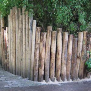voortuin idee met tuinhekjes van houten pilaren