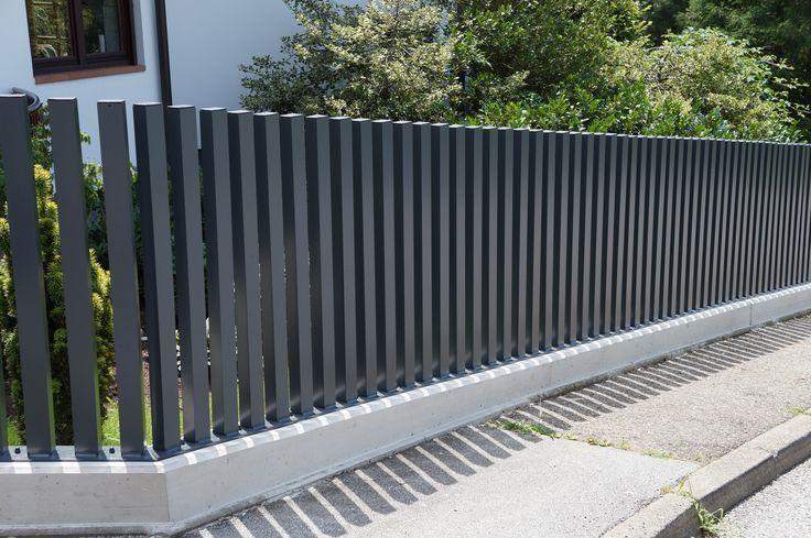 Voortuin idee met moderne metalen tuinhekjes