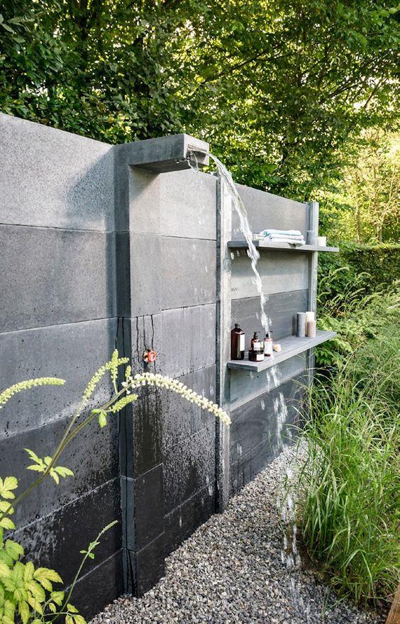 betonnen muur met ingebouwde buitendouche