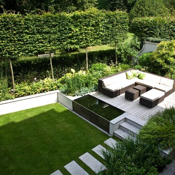 een moderne tuin dat is opgedeeld in verschillende delen