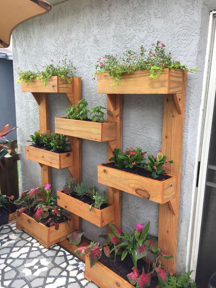 verticale plantenbakken tegen een muur