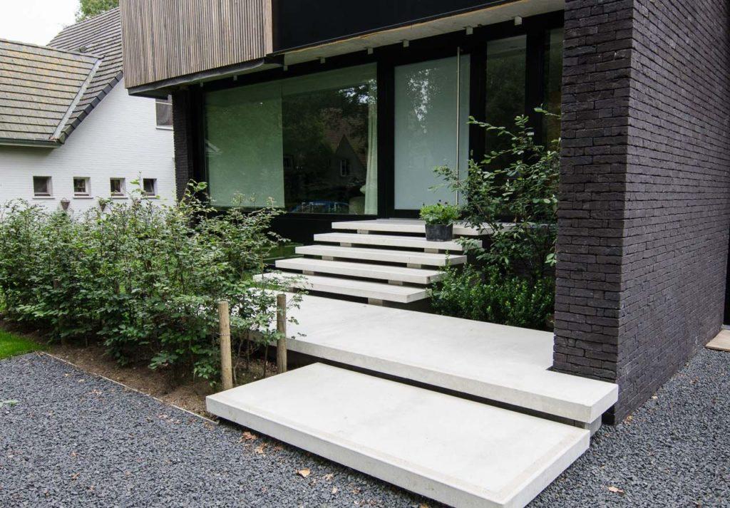 Trap naar voordeur in voortuin ontwerp