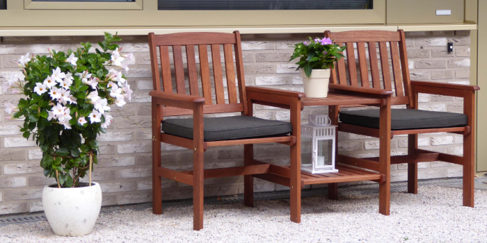 loungestoelen in de voortuin