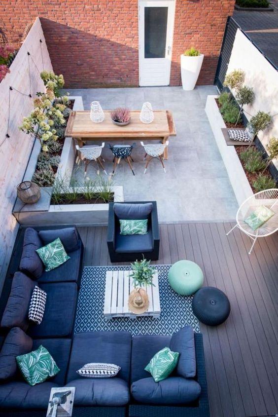 Mooie lounge met loungeset en tuintafel in mediterrane stijl