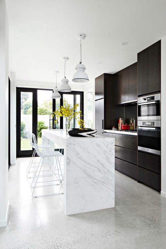 Grijze beton vloer ideeën en voorbeelden in modern interieur