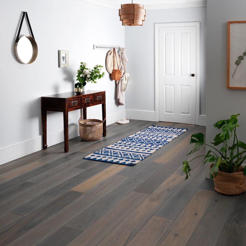 Grijze houten vloer ideeën en voorbeelden in modern interieur