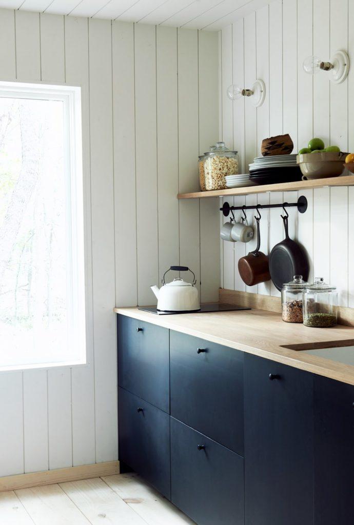gezellige scandinavische keuken met zwarte keukenkastjes