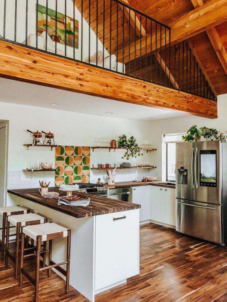 gezellige witte landelijke keuken met schiereiland