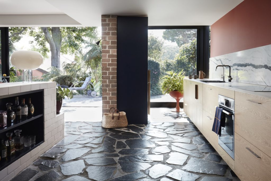combinaties tussen moderne keuken en landelijke keuken met grote plavuizen op de grond