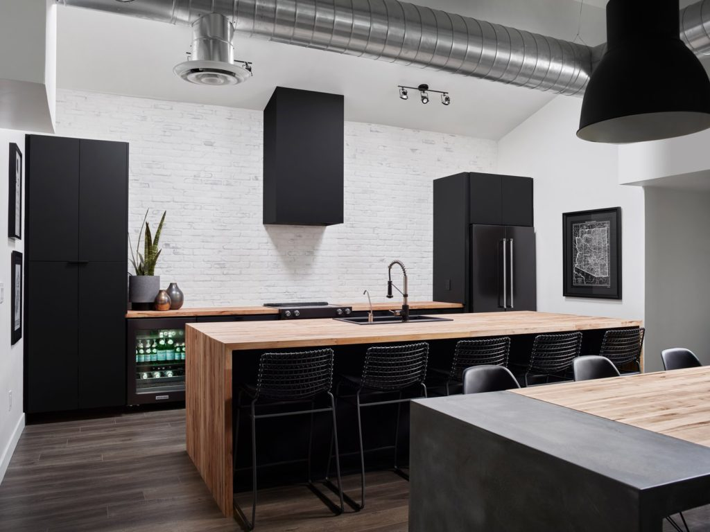 zwarte moderne keuken met kookeiland en bar