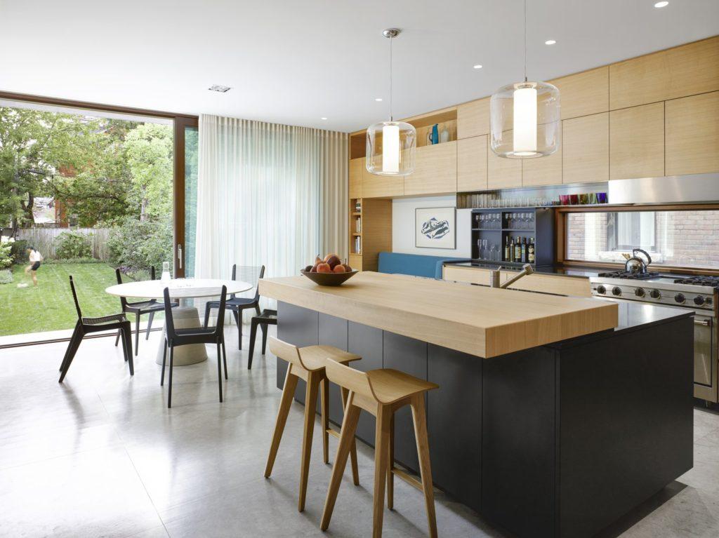 moderne keuken met zwarte keukenkastjes en kookeiland met bad