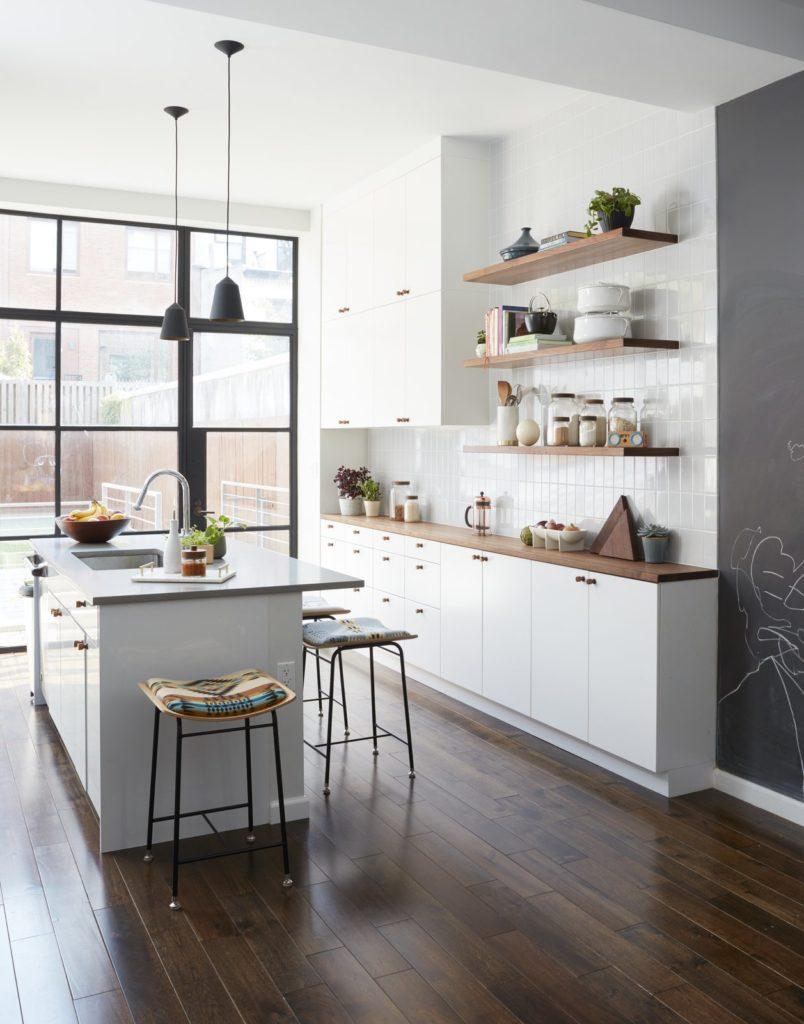 witte landelijke keuken met een moderne twist