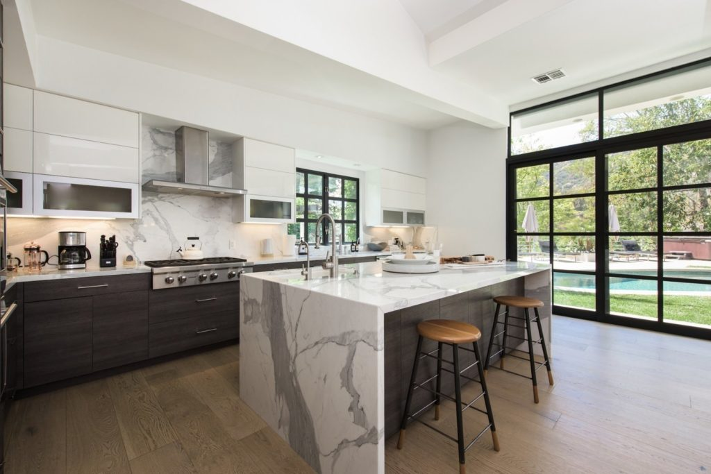 marmer eiland met zwarte en witte keukenkasten