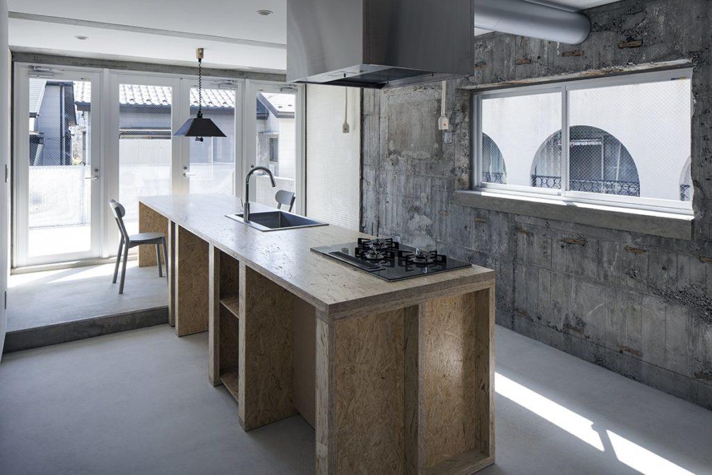 gave industriele keuken met betonnen muur en houten aanrecht