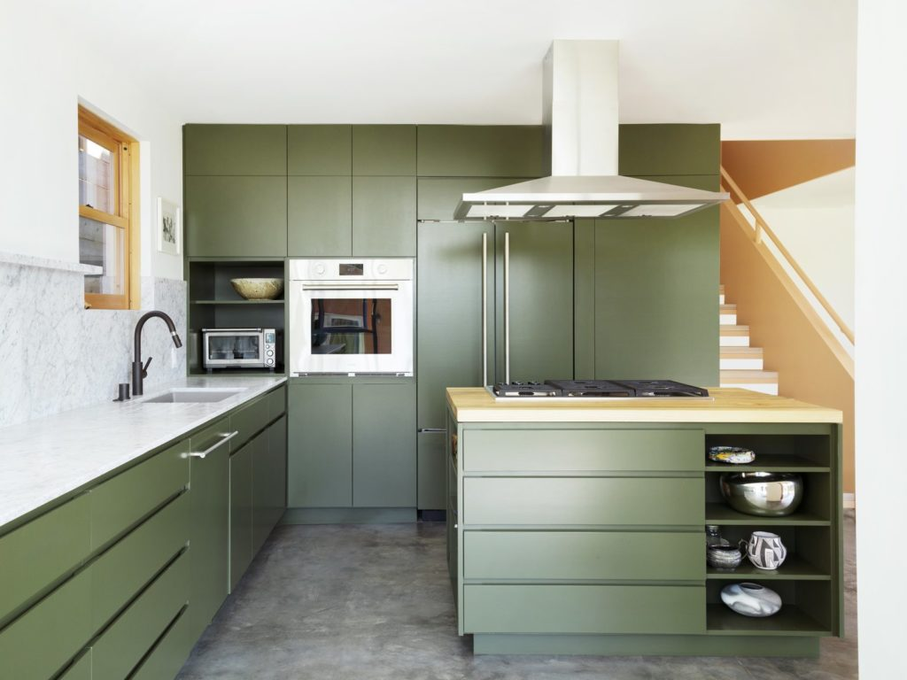 moderne groene keuken met greeploze keukenkasten